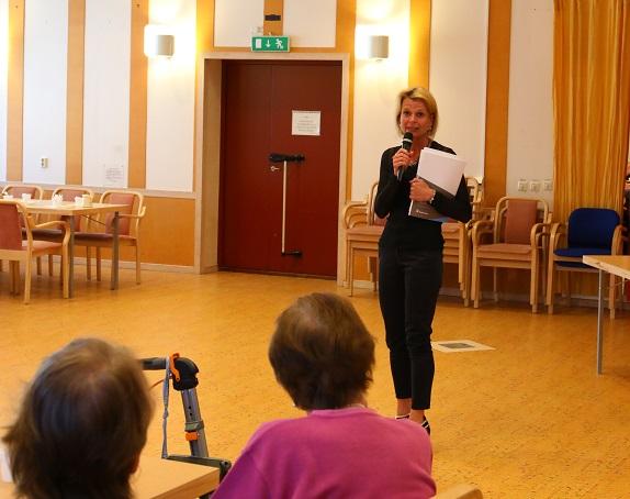 Från Kvistaberg bar det av raka vägen till Florasalen i Bro centrum där ett flertal representanter för lokala pensionärsföreningar fanns på plats för en pratstund med ministern.