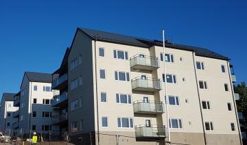 I snart ett år har husen stått färdiga på Bagarvägen och Målarvägen i Gamla Bro i väntan på att ärendet i Överbesiktningsnämnden skulle bli klart.