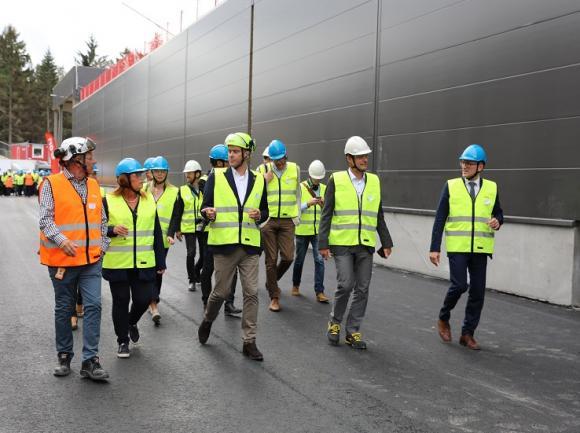 Kenneth Carlsson i orange väst är projektchef för kretsloppsanläggningen. Han guidade den grupp som UBRO gick med. Dessutom bidrog både Marc Hoffmann och Stefan Håkansson med ytterligare inblick i bygget och kunskap om tekniken vilket gav oss besökare en mycket lärorik rundvandring.