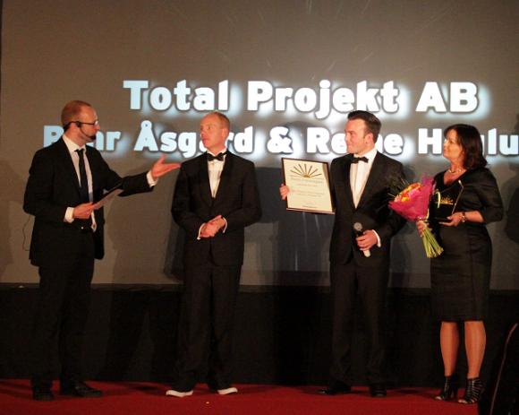 Företagsgrannarna Johan Nordbäck, Brotec och Pernilla Forsberg, Woody tog emot blomma och diplom i Totalprojekts ställe.