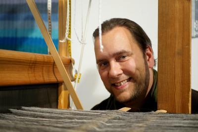 Kultur- och fritidsnämndens ordförande Mattias Peterson (C) invigde den nya utställningen i Konsthallen.