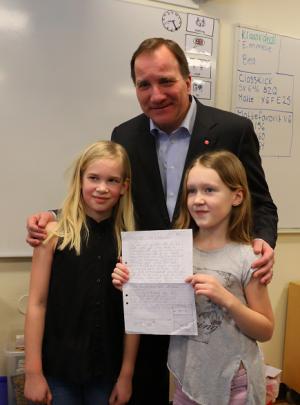 Ida och Lea i klass 3B på Finnstaskolan hade skckat ett brev till statsminister Löfvén som han passade på att ge ett personligt svar på när han beöskte Bro på fredagen.