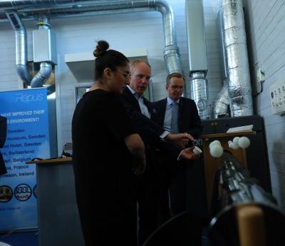 Azadeh Rojhan Gustafsson, riksdagsledamot för (S) från vår grannkommun Upplands Väsby och Mikael Damberg, Närings- och Innovationsminister, lyssnar nyfiket när Mattias Kranz förklarar ventilationsteknik.