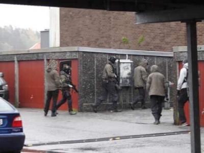 Beväpnade poliser gjorde tidigt på torsdagsmorgonen en insats mot en lägenhet i Bro.