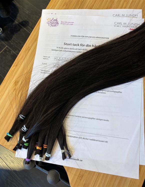 Organisationen Little Princess Trust får snart ett välkommet gåvobrev, ett tjockt vadderat kuvärt innehållande Felicias långa hår.