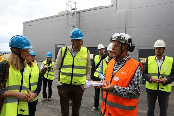 Stockholms miljöborgarråd Katarina Luhr (MP) och Stockholms läns landstings Gustav Hemming (C) ställde många frågor till Kenneth Carlsson om processen och om anläggningen.