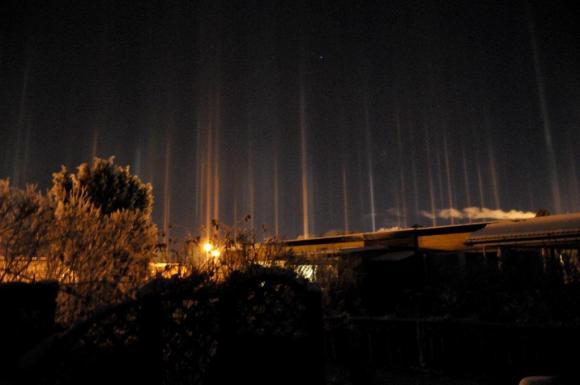 Kristall-ljus, eller vertikalpelare som ljusfenomenet heter, över Bro.