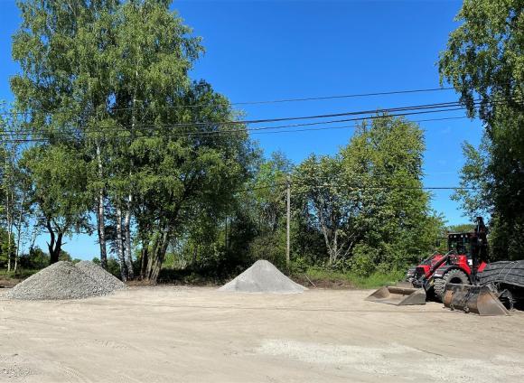 Även om Björknäs är en naturcamping med enklare faciliteter så måste så klart de 14 uppställningsplatserna för husbilar och husvagnar vara något så när plana och framkomligheten god. In i det sista pågår en del markarbeten för att säkerställa detta.