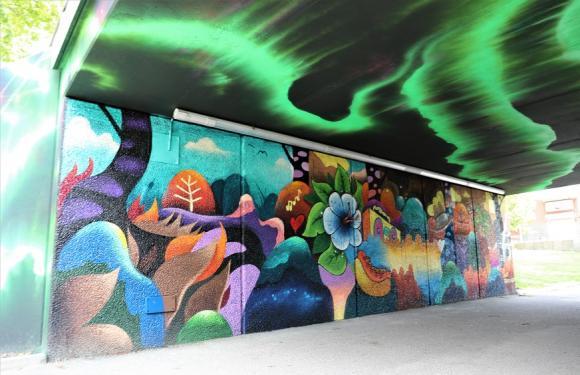 Gångtunneln mellan Bro centrum och Råbystigen är först ut i projektet. Grafittiförmedlingen har varit handledare och ungdomar från kommunen har deltagit i arbetet.