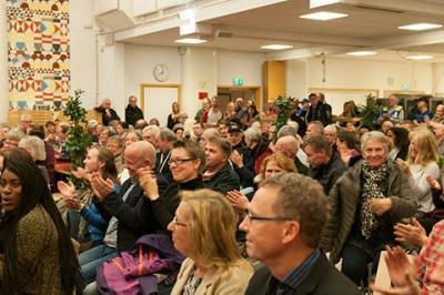 Finnstasalen var fylld till sista ståplats på tisdagens informationsmöte om det tillfälliga asylboendet på Björknäs i Bro.