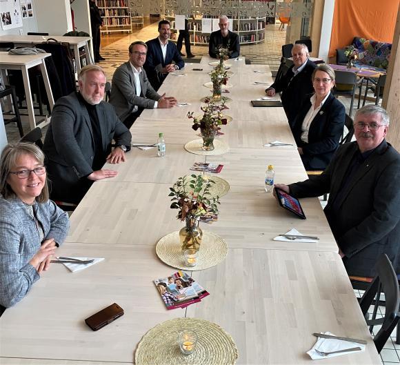 Från vänster i bild: Helena Vilhelmsson (C), Johan Pehrson (L), Andreas Carlson (KD), Johan Forssell (M), Fredrik Kjos (M), Janne Stefanson (KD), Lisa Edwards (C) samt Martin Normark (L).