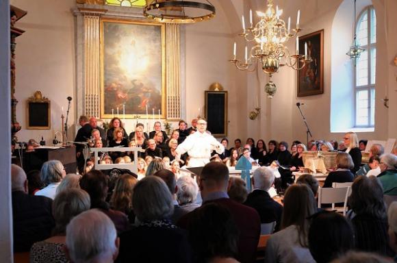 När invigningsdelen var över fick biskopen sätta sig och lyssna till kyrkoherde Hans-Cristian Nyström som förrättade gudstjänst.