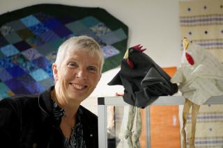 -Kom och se vad vårens slöjdsalonger har bjudit på och upplev textilt hantverk, uppmanar kulturintendent Anna Sjunnesson.