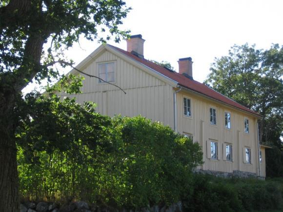 Lövsta Gård ligger fantastiskt fint. Gården förvaltas numera av en stiftelse och har under många år hyrts ut som konferens- och festlokal.