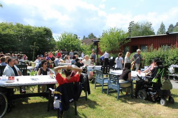 Vävarens trädgård badade i sol när midsommar traditionsenligt för-firades av brukare och personal på Daglig Verksamhet. Smörgåstårta och efterföljande glass med jordgubbar avnjöts till musikunderhållningen.