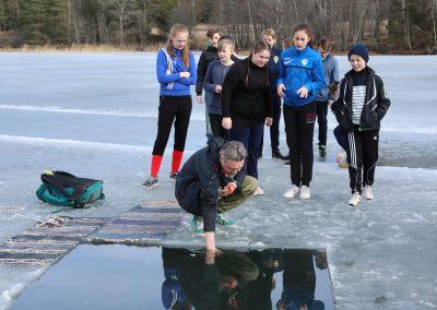 Jo, visst 17 är det kallt! Lars, mentor i 7:1, kollar tempen innan det förestående doppet.