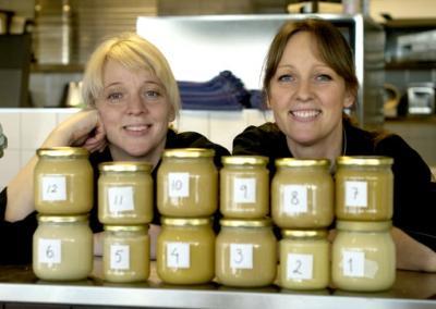Carina och Ulrika Brydling smakade honung från 12 lokala honungsproducenter i ett blindtest.<br />