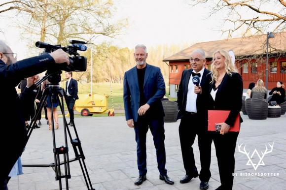 Fredrik Kjos, kommunstyrelsens ordförande, och Nina Rönnberg, galageneral, blev intervjuade av den turkiske reportern tillsammans med Faruk Yildiz. Reporterns bilder och text fick sedan stor spridning i turkisk media.