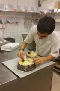I full färd med att dekorera tårtor.