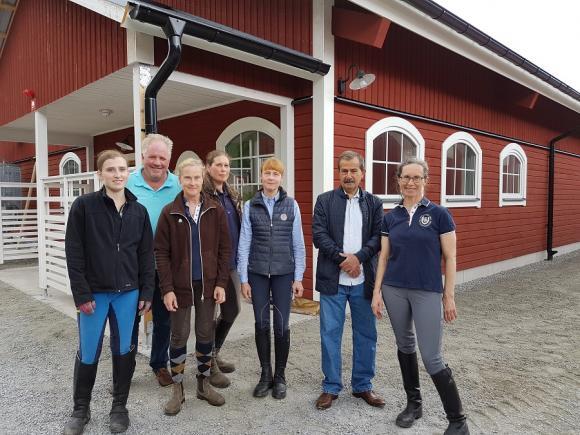 Delar av gänget fastnade på bild! Från vänster:Miriam Jota, Helge Petersson, Carin Fredriksson, Tina Olsson, Elisabet Zillén, Karam Daoud och Agneta Dahllöf. <br /><br />Saknas Marie-Gennert Lundström, Sirpa Pirhonen och Camilla Hinas-Gradin.<br /><br />I bakgrunden skymtar det nya stallet.