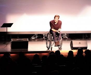 Aron Anderson - äventyrare, inspiratör, profil och välgörenhetshjälte. Genom sina olika välgörenhetsuppdrag har han samlat in miljontals kronor till Barncancerfonden. Innan jul var han med i Musikhjälpen, men han har också simmat över Ålands hav, bestigit Kebnekaise, åkt Vasaloppet och mycklet, mycket mer. Och ja - han sitter i rullstol!