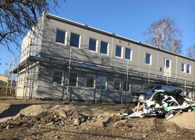 I början av februari var det här fortfarande en grässlänt. Sedan dess har massor hänt och nu står en skolbyggnad på plats. Bilden är tagen den 7 mars.