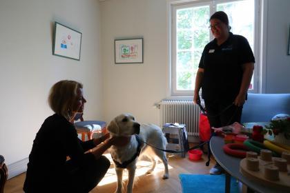 Åsa Regnér och Nellies ägare och chef Anette Holm pratade om hur bra de allra flesta mår av att spendera tid med djur. Nellie sprider mycket glädje när hon kommer på besök.