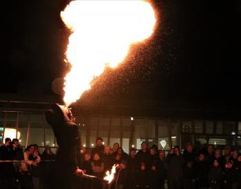 Bild från Arkivet. Under Earth Hour 2019 bjöd Upplands-Bro kommun in till en eld- och ljusshow medGycklargruppen Trix i Bro centrum.
