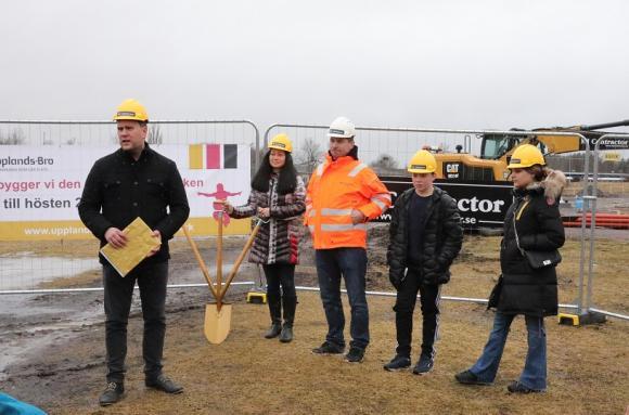 Mattias Peterson invigningstalade, flankerad av Hannah Rydstedt och MJ Contractors projektledare: Mårten Isaksson. Ungdomarna Ellton och Tara hade äran att vara med som förste grävare.