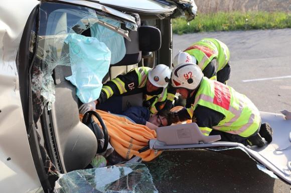 Som en konservburk är bilen nu uppfläkt. Det gäller att skydda alla vassa kanter så att ingen skadar sig på vass metall eller glassplitter.