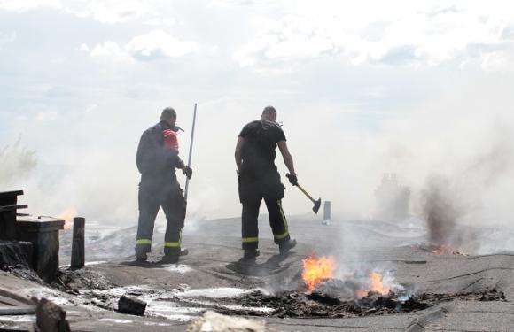 Branden på Fjärilsstigen i Bro tipsade en läsare om. UBRO var på plats strax efter att de första brandbilarna var på plats.