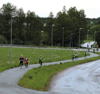 Som ett långt pärlband kom de cyklande. Överlyckliga att vara framme vid utflyktens vändpunkt och rätt blöta efter den korta men kraftiga regnskuren.