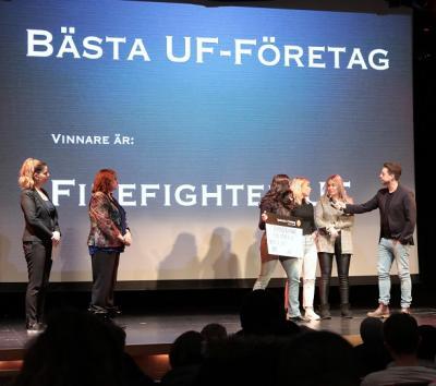 Tjejerna i Firefighter UF imponerade på alla och vann både juryns och publikens tycke. nassim Nyholm, Näringslivsutvecklare i Upplands-Bro, och Birgitta Dickson, ordförande i Företagarna Upplands-Bro Håbo, delade ut priset.