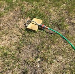 Inte en droppe regn så långt ögat kan se... Värme och solsken vill ju de allra flesta ha, men när det blir en längre värmebölja - så som vi just nu upplever - börjar vattentillgången påverkas. Därför går Norrvatten nu ut med en vädjan till oss invånare i medlemskommunerna: tänk på hur ni använder vattnet. Var vattensmart! Även om gräsmattan gulnar och grässtråna skriker efter vatten så bör man vara sparsam med vattningen.