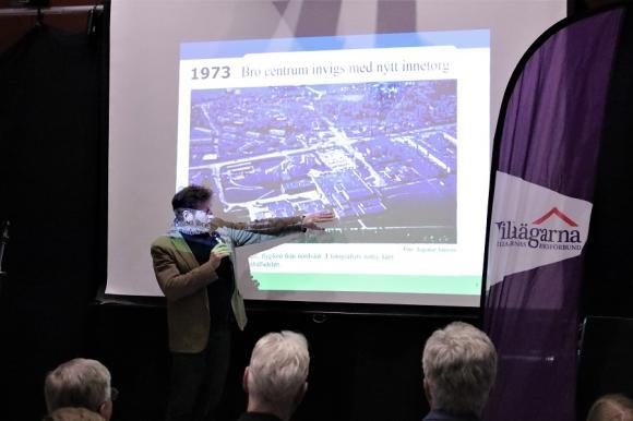 Berndt Lundgren pekar ut Broskolan på ett flygfoto över Bro centrum som det såg ut 1973 när innecentrumet invigdes. Det centrum som brann ner sommaren 1992.
