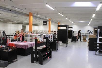 Butiken är indelad i olika avdelningar och på alla avdelningar är varorna färgsorterade för att ge ett mer vilsamt och lockande intryck. Just nu håller man på att fylla butiken så att den står redo den 19 september.