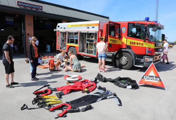 Brandmännen har väldigt skiftande larm. Dykardräkter ingår i utrustningen.
