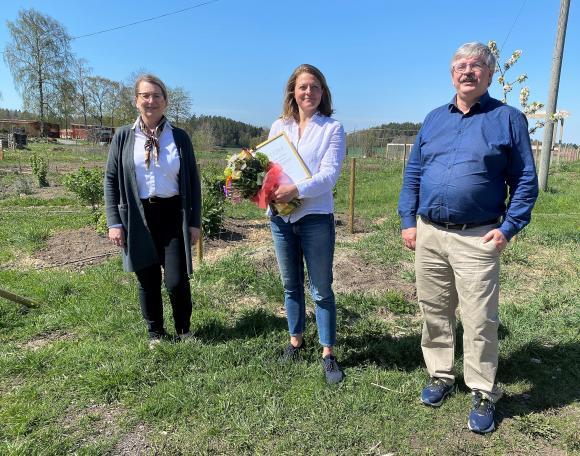 Kommunalråden Lisa Edwards och martin Normark agerade prisutdelare när kommunen uppvaktade sin vinnare i kategorin Årets Hållbara Företag: Bioinspira by Johanna AB.