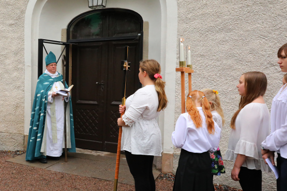 Biskop Ragnar Persenius läste en text innan han gjorde sig redo att banka på porten med sin kräkla.
