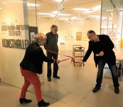 Anna Sjunnesson, Kulturintendent och Naser Vukovic, förste vice ordförande i Kultur och Fritidsnämnden, öppnade vernissaget genom att knyta upp bandet medan Lasse Åberg övervakade proceduren.