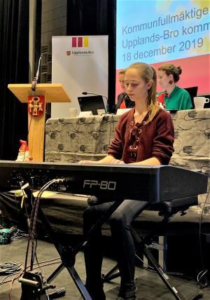 Ella Carlstedt bjöd på en egenkomponerad låt under kommunfullmäktige.