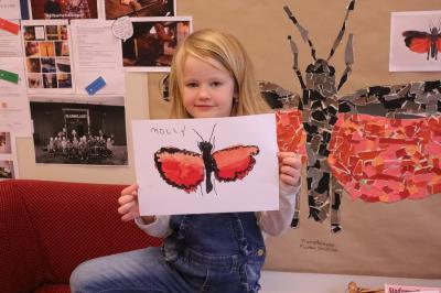 Det var Mollys teckning som valdes ut till Artistens trumgräshoppa och som sedan också blev hela förskoleregionens val. Stoltheten går ej att ta miste på!
