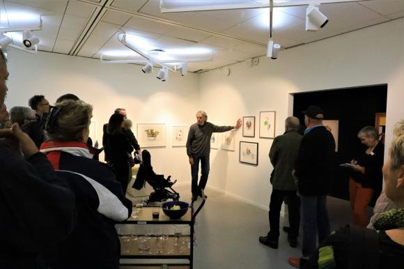 Lasse Åberg visade sin egen utställning och berättade om sitt skapande. Visuella hyss och grafiska spratt är hans signum.