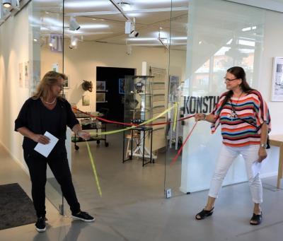 Camilla Janson och helena N åkerlund knöt upp invigningsbandet och bjöd in alla nyfikna vernissagedeltagare till konsthallen där kost och förfriskningar fanns framdukade.