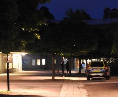 Mitt i Kungsängens centrum, på Torget, ska skottlossningen ha skett. Det första larmsamtalet inkom klockan 22.35 på söndagskvällen.