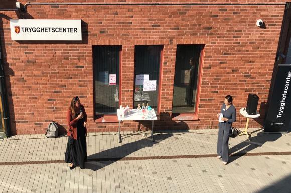 Kommundirektör Ida Texell och trygghets- och preventionschef Rafif Makboul utanför Trygghetscentret i Bro. Foto: Upplands-Bro kommun