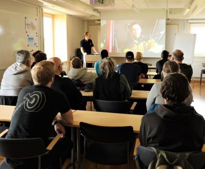 Mycket att tänka på när man ska vara del av ett brandvärn! Deltidsbrandmannen Tommy Sidén håller i utbildningen för FRGs frivilliga som ska bilda basen i Upplands-Bro kommuns brandvärn.