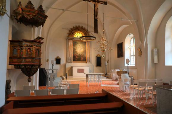 Framme vid det nya altaret har stora förändringar skett. Genom att ta bort ett antal bänkrader har man större flexibilitet i kyrkorummet. Det nya golvet är viktigt för tillgängligheten. Nivåskillnaderna är borta vilket underlättar för alla.