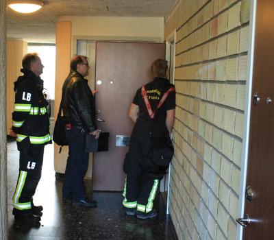 Lasse, Esko och Gusten pratar brandsäkerhet med boende på Bergvägen i Kungsängen.