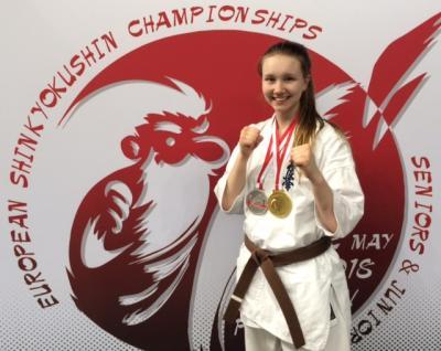 Karatetalangen Ki Pasanen med sina välförtjänta EM-medaljer runt halsen.